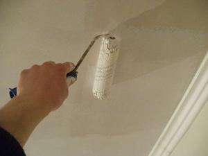 Чем покрасить потолок в ванной?