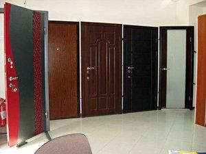 Металлическая дверь говорит о достатке хозяина